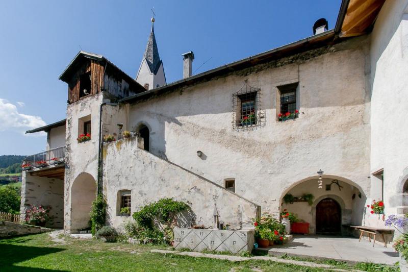 Cortile- Ansitz Schloss Gravetsch a Villandro nella Valle d`Isarco